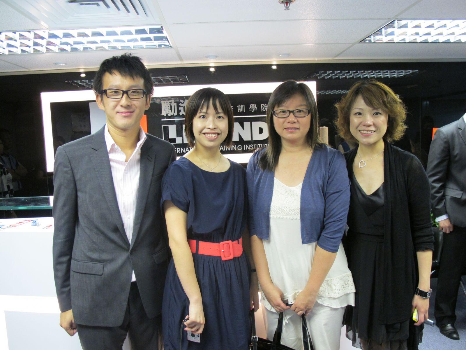 Betty (左二) 和 Miranda (右二) 為澳專教育集團之升學輔導團隊中成員,本學院與其集團為友好合作夥伴,目的為學員升學做好準備